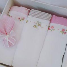 Olha que  delicadeza essa caixa presente com 3 fraldas bordadas! Quem  não  gostaria de ganhar algo assim para o seu bebê?  Um encanto  não  é  mesmo?! Fraldas bordadas a mão, cremer luxo + caixa de mdf decorada em tecido.  #presentebebe #caixapersonalizada #caixadecorada #caixatecido #presentepersonalizado #kitfraldas #fraldabordada #bordadomanualmente #fraldabordadaamao #mimosbaby #decoracaomenina #decoracoapersonalizada #decoration #decoracaobebe #babydesing #babydecor #babydesing…