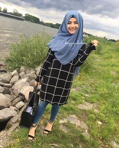 The particular scarf is an essential piece while in the clothing of girls by using hijab. Modern Hijab Fashion, Muslim Women Fashion, Hijab Fashion Inspiration, Mode Inspiration, Hijab Style Dress, Casual Hijab Outfit, Hijab Chic, Frock Fashion, Abaya Fashion