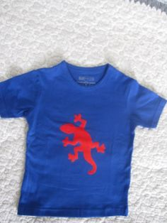 Jongens shirtje met een rode salamander. TE KOOP www.debontewereld.nl