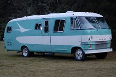 Love RVs and old-school camping? You'll get a kick out of these 20 photos of old-school RVs and campers. Camper Caravan, Camper Trailers, Camper Van, Diy Camper, Vintage Motorhome, Vintage Travel Trailers, Vintage Campers, Bus Motorhome, Rv Motorhomes