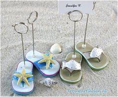 een handig bedankje als fotoclip of plaatskaartjeshouder. een strand thema bruiloft? deze leuke bedankjes passen daar goed bij. fotoclip met een slipper er aan.