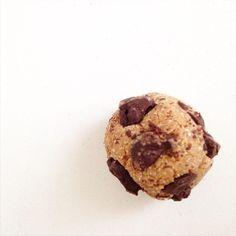 CHOCO CHIP COOKIE BITE 🍪 #lowcarb  Uhuuu merienda o snack time 🙌🏻 (ya tomé el te pero hoy necesito una mini dosis de dulce 😁) Esta es mi masa básica low carb con la que hago alfajores, scons, etc y esta vez le agregué chips de choco amargo  Para 14 mini choco chip cookie bites: -1 clara -2 cuch coco rallado (procesar antes en lo posible) o harina de coco para las q consiguen de afuera -4 cuch proteina en polvo o leche en polvo desc o harina de cualquier fruto seco (se procesa y listo) -3…