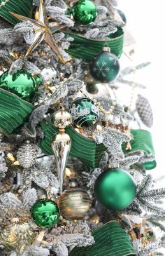 How to decorate a Christmas tree fit for the Emerald City. Gold and emerald green Christmas tree decorations style this beautiful and elegant tree. Types Of Christmas Trees, Silver Christmas Decorations, Christmas Tree Themes, Noel Christmas, Green Christmas, Christmas Colors, Christmas Wreaths, Christmas Bulbs, Holiday Tree