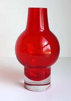 Eine schöne rote Riihimaen Lasy Oy Vase Designer Aimo Okkolin zugeschrieben. Aus der 1960/70er Jahre, ist es ein schönes Display-Stück in eine tolle Farbe und Form. Ca. 7.25ins (18.5cms) hohe Guter Allgemeinzustand, keine Chips oder Risse, irgendein alter Oberfläche tragen Marken/leichte Kratzer