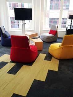 Interface Europe and Steelcase have teamed up to create this new and engaging environment in London. The products used for the floor are Composure Solitude and Urban Retreat Planks Moss. Combined, they provide a simple game of contrasts that capture the attention of the observer. Perfect for a modern office.