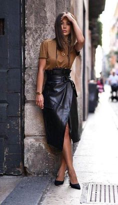There's something about a leather skirt that always makes an outfit come together. Whether you're heading to work or to a weekend coffee date, below are some leather skirts that are worth adding to your… View Post Fashion 2020, Look Fashion, Fashion Models, Autumn Fashion, Fashion Beauty, College Fashion, Retro Fashion, Korean Fashion, Looks Street Style