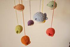 Garnkusserne | Lækre hækleopskrifter / DIY til dig, hjemmet og baby |: Hæklet uro med hvaler i dejlige farver