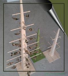 Alberelli-aspositori, in legno di abete pigmentato o naturale, trattamento ad olio naturale; varie dimensioni. Design: Anna Bertinelli Produzione: Fulvio Bertinelli Laboratorio Artigiano-Assisi-