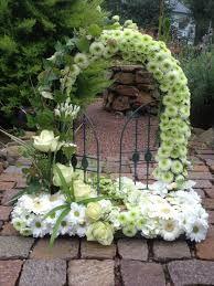 Blumen-wistera, Kreative Floristik - Trauerfloristik Floral Arch, Arte Floral, Floral Wreath, Funeral Arrangements, Flower Arrangements, Agapanthus Garden, Floral Wedding, Wedding Flowers, Bird Cage Centerpiece
