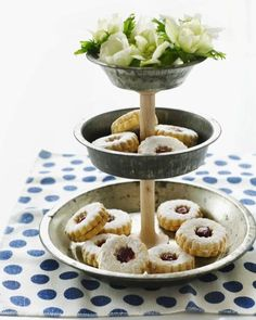 DIY Pie Tin Cake Stand from Sweet Paul. What a great idea to reinvent your old pie tins that are just colleting dust in the back of a closet. Old Kitchen, Kitchen Items, Vintage Kitchen, Kitchen Stuff, Kitchen Supplies, Smart Kitchen, Tiered Dessert Stand, Tiered Stand, Tiered Server