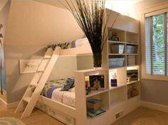 Uma estante com nichos na ponta do beliche deixa o espaço mais reservado.