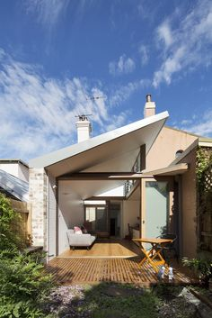 Adriano Pupilli Architects has designed a Courtyard House in Sydney's Petersham that fits its charming design snuggly between terrace houses. Interior Exterior, Exterior Design, Narrow House Designs, Rest House, Terrace Design, Courtyard House, House Extensions, Pergola Designs, House Roof