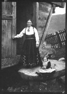 Beltestakk gjennom 200 år - Magasinet BUNAD History Of Norway, Folk Costume, Costumes, Nordic Style, Vintage Pictures, Vintage Photography, Fashion History, Old Photos, Scandinavian