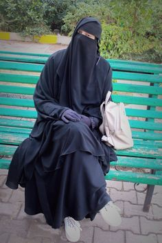 Hijab Niqab, Muslim Hijab, Mode Hijab, Hijab Outfit, Pakistani Makeup, Alone Girl, Niqab Fashion, Muslim Beauty, Islamic Girl