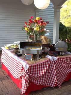 Tie up tablecloth corners. Rehearsal Dinner at the Botanical Gardens, Columbus GA Low Country Boil Theme by Omni Productions Inc Designed by Vicki Bannister and Marty Rogers / Dan Silverio, Catering / Ronna Grimes, Seamstress Low / Country Boil Soirée Bbq, I Do Bbq, Barbecue Wedding, Crawfish Party, Seafood Boil Party, Low Country Boil, Country Picnic, Country Dinner, Italian Party
