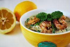 Zitronensuppe mit Reis, Garnelen und Melisse