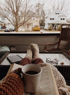 Wallpaper Azul, Fall Wallpaper, Cozy Aesthetic, Autumn Aesthetic, Rainy Morning, Autumn Morning, Shotting Photo, Autumn Cozy, Coffee And Books