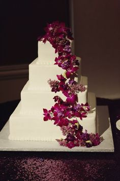 www.vivabellaevents.com | purple plum wedding cake | purple linens