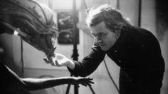 Oi, saladinos! Sempre que se fala em Alien – O Oitavo Passageiro, de 1979, normalmente é para lembrar que o filme catapultou o diretor Ridley Scott e a atriz Sigourney Weaver para o estrelato. O que pouco se fala é que o longa não seria um clássico do terror se não fosse por uma pessoa: H.R. Giger. Foi este artista suíço, com suas criações perturbadoras, que desenvolveu o alienígena mais assustador e fatal da sétima arte, dando origem a um legado que já dura quase 40 anos.