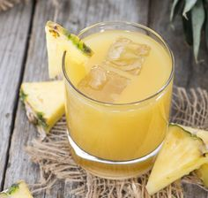The pineapple (Ananas comosus) is a tropical plant with edible fruit consisting of multiple berries that have come together and formed a single mass. Ginger Ale, Smoothie Detox, Smoothies, Celulite Remedies, Tea Cocktails, Pineapple Juice, Different Recipes, Coco, Italian Recipes