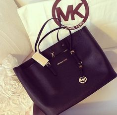 https://twitter.com/ernenite1987/status/838207114178867201The perfect Michael Kors black clutch!!