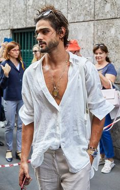 The best-dressed attendees at Milan Fashion Week wore a masterclass in suave summer style. These are our favourite looks from the menswear shows. Bohemian Style Men, Hippie Style, Bohemian Outfit Men, Outfits Hombre, Marlon Teixeira, Stylish Mens Outfits, Ex Machina, Milan Fashion Weeks, Boho Fashion