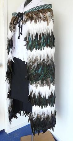 This beautiful Maori Feather Korowai features stripes of coloured feathers - Mottled Brown, White, and Paua coloured. Maori Patterns, Costume Jewelry Crafts, Maori Designs, Arc Notebook, Coloured Feathers, Silhouette Cameo Tutorials, Maori Art, Learn Calligraphy, Feather Art