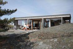 Bygde hytta over sprekken i landskapet - Aftenposten Modern Wooden House, Wooden House Design, Tiny House, Good House, Small Houses, Small Summer House, Panama, Summer Cabins, Dream House Exterior