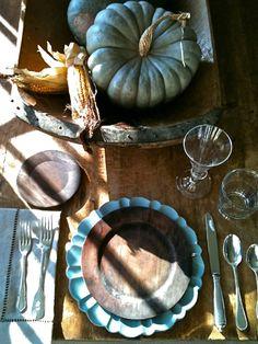 Spätsommer Rustikale Deko-mit Kürbissen-blau Teller-Maiskolben