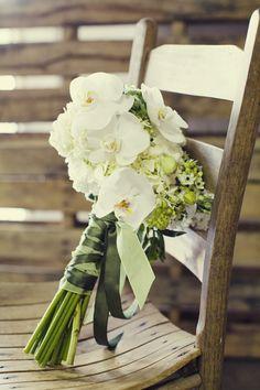 En Riomar fotógrafos de boda nos gusta este sencillo ramo de novia de orquídeas. http://riomarfotografosdeboda.com