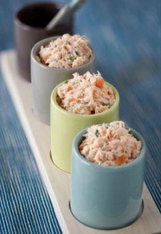 Tartara di salmone all'erba cipollina - Ricette salmone, ricetta salmone - Antipasti salmone Natale - Ingredienti per 4 persone - 450 gr. di salmone freschissimo - 1 limone verde - 1 mazzetto d'erba cipollina - 1 c. di miele - 10 c. d'olio d'oliva - Qualche goccia di Tabasco - Sale e pepe Tagliare il salmone a dadini...