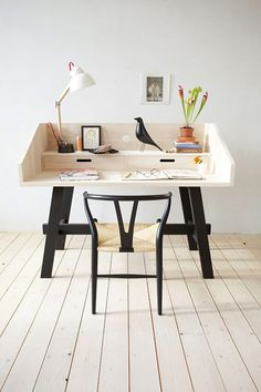 Freestanding desk design