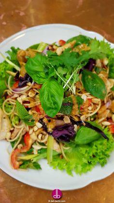 #Thai #Regenbogen #Salat mit #Erdnuss #Limetten #Dressing #Asiatischer #Salat mit #Vollkornnudeln und frischem #Gemüse wie Paprika und #Rohkost vom Rotkohl. Viel Basilikum, Koriander und Lauch bringen geschmackvolle Frische in den Salat. Und nicht zu vergessen, alles getoppt mit gehackten Erdnüssen und gerösteter Sesamsaat - #Lecker!