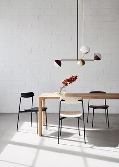 If you want to add a special touch to your Scandinavian dining room lighting design, you have to read this article that is filled with unique tips. Get inspired by these dining room lighting and furniture ideas! Minimalist Dining Room, Modern Minimalist, Design Jardin, Interior Minimalista, The Design Files, Dining Room Lighting, Dining Room Design, Design Thinking, Interiores Design