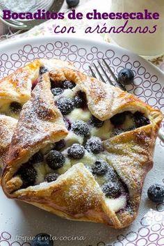 Mi toque en la cocina: Bocaditos de cheesecake con arándanos. Kiss The Cook, Strudel, Cooking Time, French Toast, Food And Drink, Nutrition, Breakfast, Ethnic Recipes, Cake