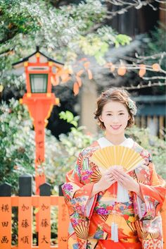 Kimono hairstyles or Japanese hairstyles are the same. These vary widely, from the simplest and most accessible to the most sophisticated and extravagant ones. Traditional Kimono, Traditional Outfits, Japanese Kimono, Japanese Girl, Japanese Hairstyle, Chinese Hairstyles, Modern Kimono, Dark Complexion, Wedding News