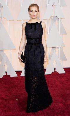 Sienna Miller, uma das apresentadoras da noite, veste Oscar de la Renta
