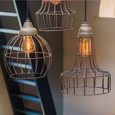 Hanglamp Babette is een trendy draadlamp gemaakt van metaal. De lamp is afgewerkt in een oud roest kleur waardoor de hanglamp een mooi oud karakter krijgt. Stoere draadlamp Benthe is gemaakt van metaal. De hanglamp Benthe past perfect in een stoere of industriële woning. Deze draadjeslamp van metaal is goed te combineren met onze lampen Babette. Deze gaven draadlampen in een mooie roestkleur zijn afkomstig van het merk Light & Living.