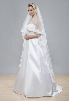 Taktiež bohatý výrazný svadobný  závoj z kolekcie Glamour s krajkovým lemom vhodný pre romantické nevesty.