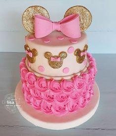22 Cute Minnie Mouse Cake Designs - The Wonder Cottage 22 Cute Minnie Mouse Cake Designs<br> Are these the cutest minnie mouse cake designs? Minnie Mouse Cake Design, Minni Mouse Cake, Minnie Mouse Cookies, Minnie Mouse Decorations, Minnie Mouse Birthday Theme, Disney Birthday, Minnie Mouse Party, 2nd Birthday, Birthday Ideas