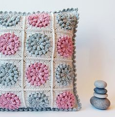 flower granny square pillow - free crochet pattern