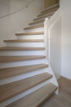 White and wood staircase Escalier Design, White Oak Floors, Interior Stairs, House Stairs, Stairway To Heaven, Stair Railing, Banisters, Staircase Design, Wood Staircase