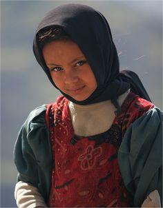 Yemen: jeune fille dans le djebel Rabadi by claude gourlay, via Flickr