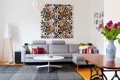 Canapé, tables, papiers peints comme œuvre d'arts, lampe, tout.