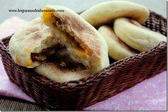 Des petits batbouts farcis , une savoureuse recette marocaine, un pain super moelleux et une farce bien parfumée., à servir en entrée ou en amuse bouche. Je vous ai déja présenté une recette de batbouts à la viande hachée, ici l