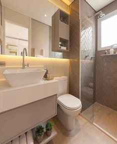 A prateleira baixa desse pequeno banheiro acomoda as toalhas e um discreto vasinho Family Bathroom, Small Bathroom, Mirror Bathroom, Diy Rustic Decor, Modern Shower, Small Room Bedroom, Dream Bathrooms, Bathroom Interior, New Homes
