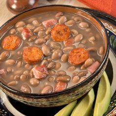 Aprende a preparar frijoles charros fáciles con esta rica y fácil receta.  En esta receta aprenderás las claves para elaborar unos frijoles charos mexicanos muy...