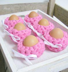 Crochet Easter basket - FRIVOLE idea #tshirtyarn #trapillo #fettuccia