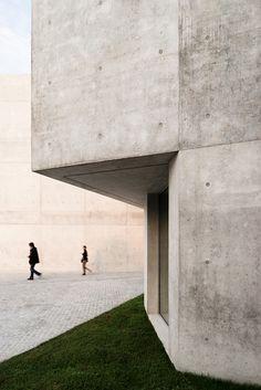 montemurro-aguiar-architetti-raiffeisen-bank-campagnadorna-stabio-switzerland-designboom-02