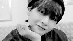 """Áries: """"Taehyung"""" Vai ficar te encarando,e quando vc olhar pra ele,ele vai te da um sorrisinho fofo"""
